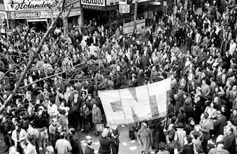 Photo: Marcas de la Memoria (2) A las cinco en punto, Manifestación del 9 de julio de 1973. Avda. 18 de Julio y Río Branco (Foto de Aurelio González)