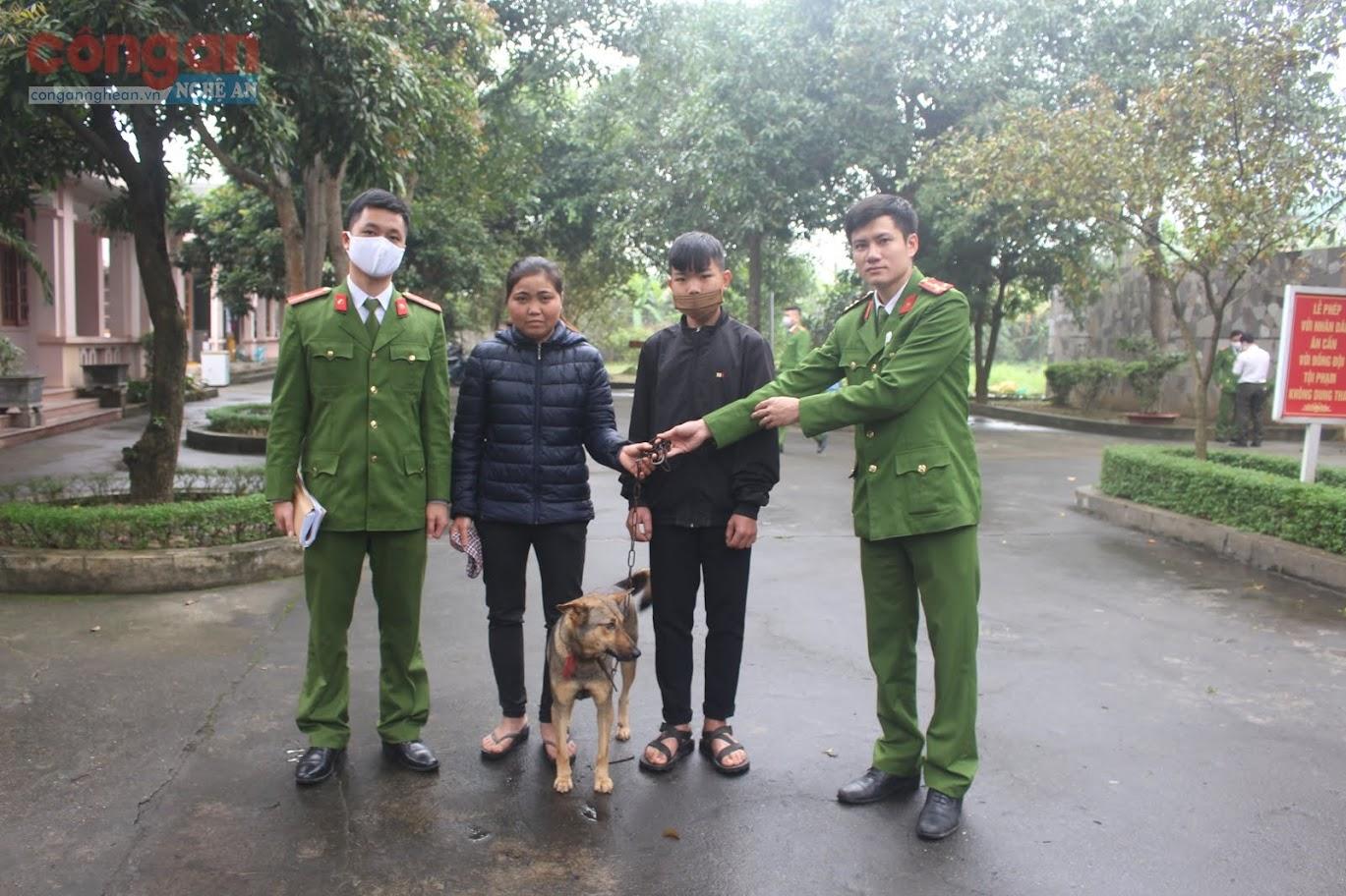 Công an huyện Nghi Lộc bàn giao lại vật nuôi cho gia đình vừa bị mất trộm