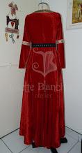 Photo: Vestido estilo medieval em veludo cristal vermelho com detalhes em galões combinando e mangas justas.  Site: http://www.josetteblanchard.com/ Facebook: https://www.facebook.com/JosetteBlanchardCorsets/ Email: josetteblanchardcorsets@gmail.com josetteblanchardcorsets@hotmail.com