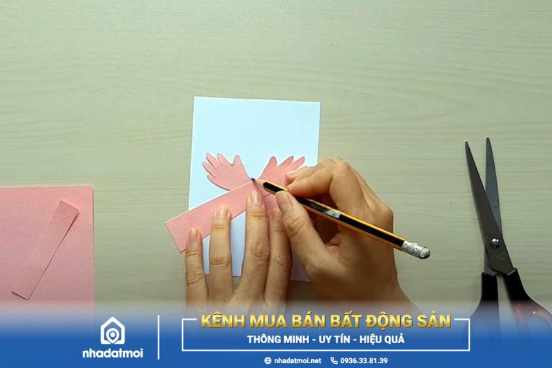 Dùng bút chì vẽ theo viền 2 cánh tay