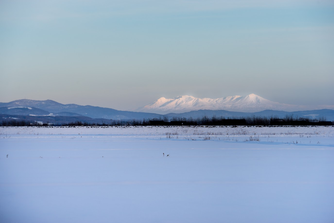 白銀に浮かび上がる山々