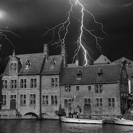 Bruges sous ciel d'orage by Gérard CHATENET - Black & White Buildings & Architecture