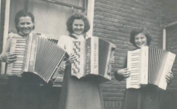 Photo: Jantje Sterk - Lena Sterk en  Jansje v Willigen