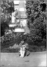 Photo: 4 Octombrie 1944, Ziua Eliberării Turzii. Monumentul ostașului român și sovietic din centrul Turzii. În locul lui s-a ridicat impunătoarea statuie Avram Iancu. Foto circa 1962, colecția personală. Suciu Petru  Sursa, Facebook, S.P. https://www.facebook.com/suciu.petru.92