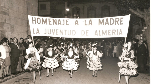 Miles de almerienses se echaron a la calle.