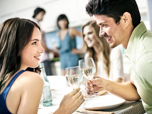 Moove is the dating application where you can play games, chat and meet with other singles nearby.