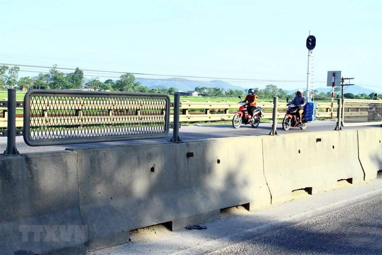Tấm chống lóa nằm trên dải phân cách bị mất tại Quốc lộ 1A đoạn qua xã Diễn Yên, huyện Diễn Châu, tiềm ẩn nguy cơ        mất an toàn giao thông