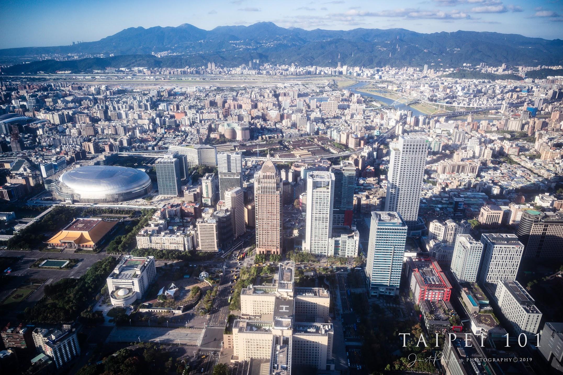 從台北101可以很清楚的看到松山機場起降的飛機。