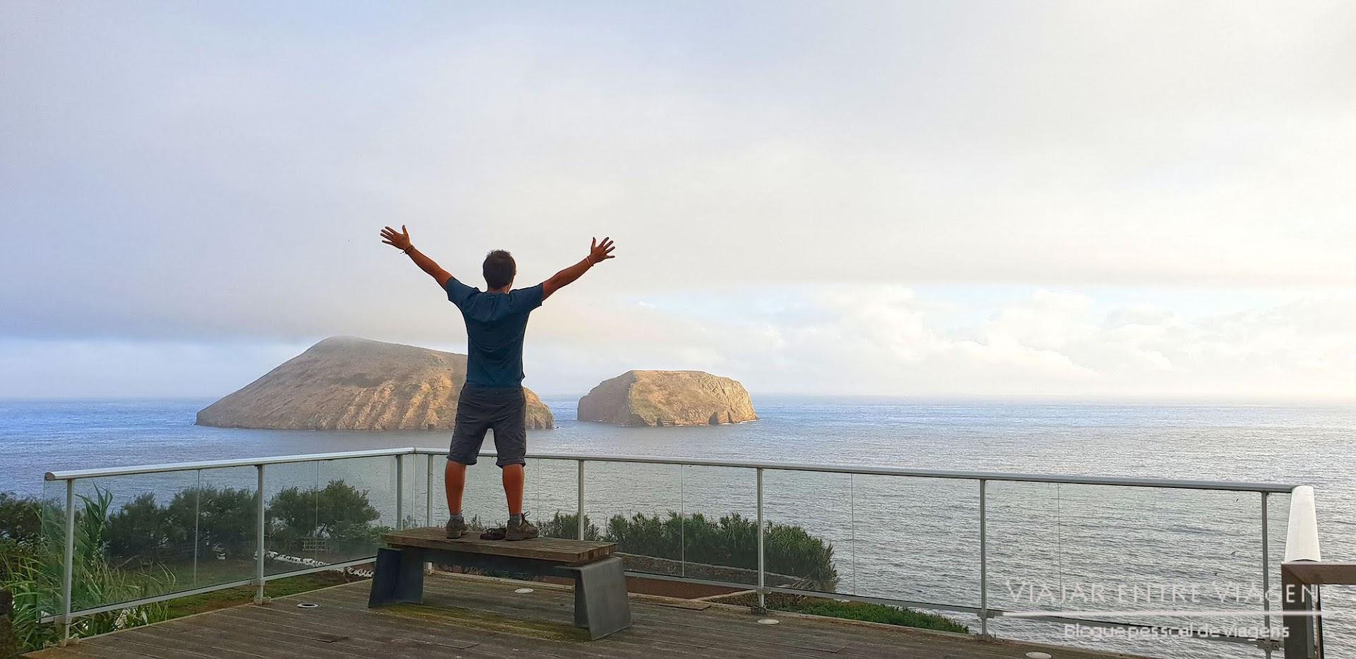 Contemplar os Ilhéus das Cabras, na ilha Terceira