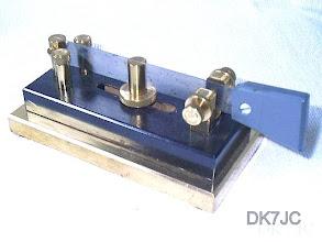 """Photo: Geschenk v. DJ4TJ  Zweiseiten-Taste Homemade v. -DJ4TJ-  """"Dyna Maniflex nachempfunden""""  2Stck.1990  """"DL"""" #042"""