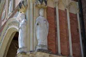Photo: Il personaggio di destra rappresenta un vescovo, identificato da vari autori come San Landolfo, oppure San Secondo vescovo longobardo, oppure Bruningo, vescovo di Asti