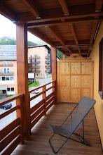 Photo: Terrasse d'un des appartements de la résidence Deneb, à Risoul dans les Alpes du Sud