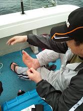 Photo: ・・・水虫の薬でも塗ってるんですか?「バカかっ!タコ船頭!ノット組んどるんじゃ!」