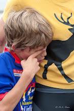 Photo: En nog zo'n vermoeid deelnemertje zoekt troost bij zijn moeder.