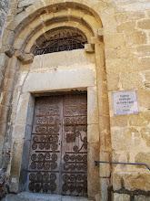 Photo: joli porche Roman et porte renforcée typique en fer forgé Catalan:Santa Agata