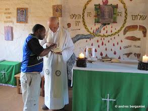 Photo: la messa: kisito indica il segno sul messale