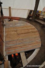 Photo: Et le pont est remonté ! On voit le nouveau petit bout de plat-bord et la jambette neuve.