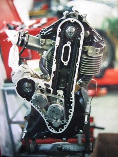 Magnifique moteur G50 Matchless monocylindre en cours de restauration totale dans les ateliers Machines et Moteurs