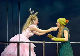 Photo: WIEN/ Akademietheater: DIE SCHNEEKÖNIGIN - Märchen von Hans Christian Andersen. Inszenierung: Anette Raffalt, Premiere 15. November 2014. Nadia Migdal, Alina Fritsch.. Foto: Barbara Zeininger