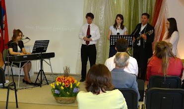 Photo: 2012. április 8, a dicsőítő csapat húsvéti meglepetés-előadása. Weller István saját szerzeményét adja elő.