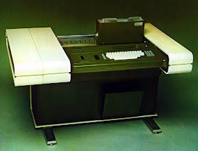 Photo: Model 10/2 (1975). Arquitectura: Victor Gil i colaboradors. Amb un sol microprocessador Intel 8080 es controlaben tots el periférics, incloent l'impressora Hermes, 2 tractors de paper, banda magnética, cassette, teclat, display Burroughs de 32 caracters, i posteriorment disquettes de 8 polzades.