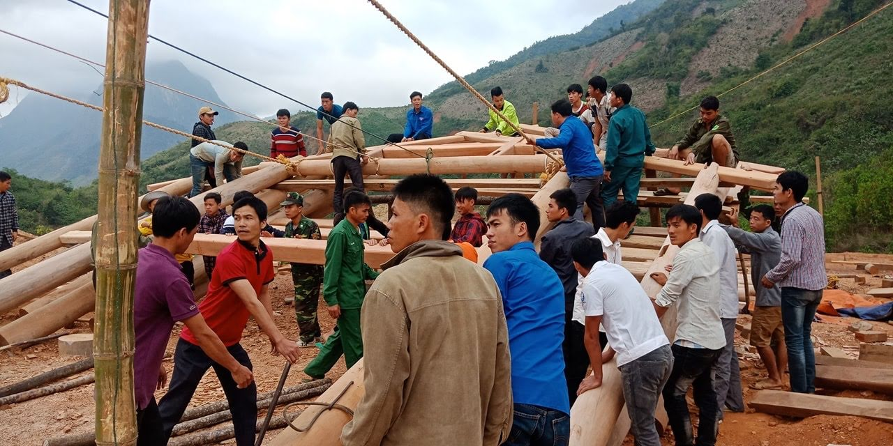 Giúp nhân dân dựng lại nhà cửa ở khu tái định cư sau lũ