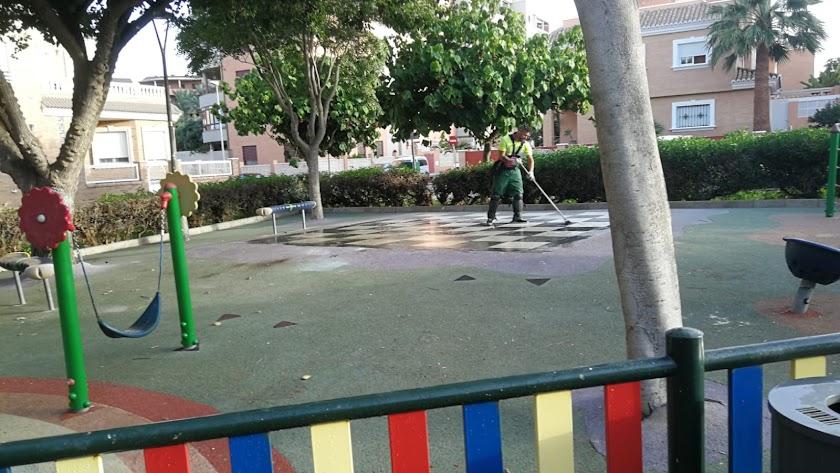 Uno de los barrenderos que ha limpiado el barrio de Nueva Almería.