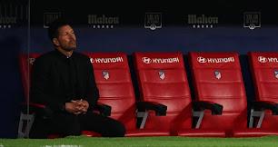 Simeone en la soledad del banquillo.
