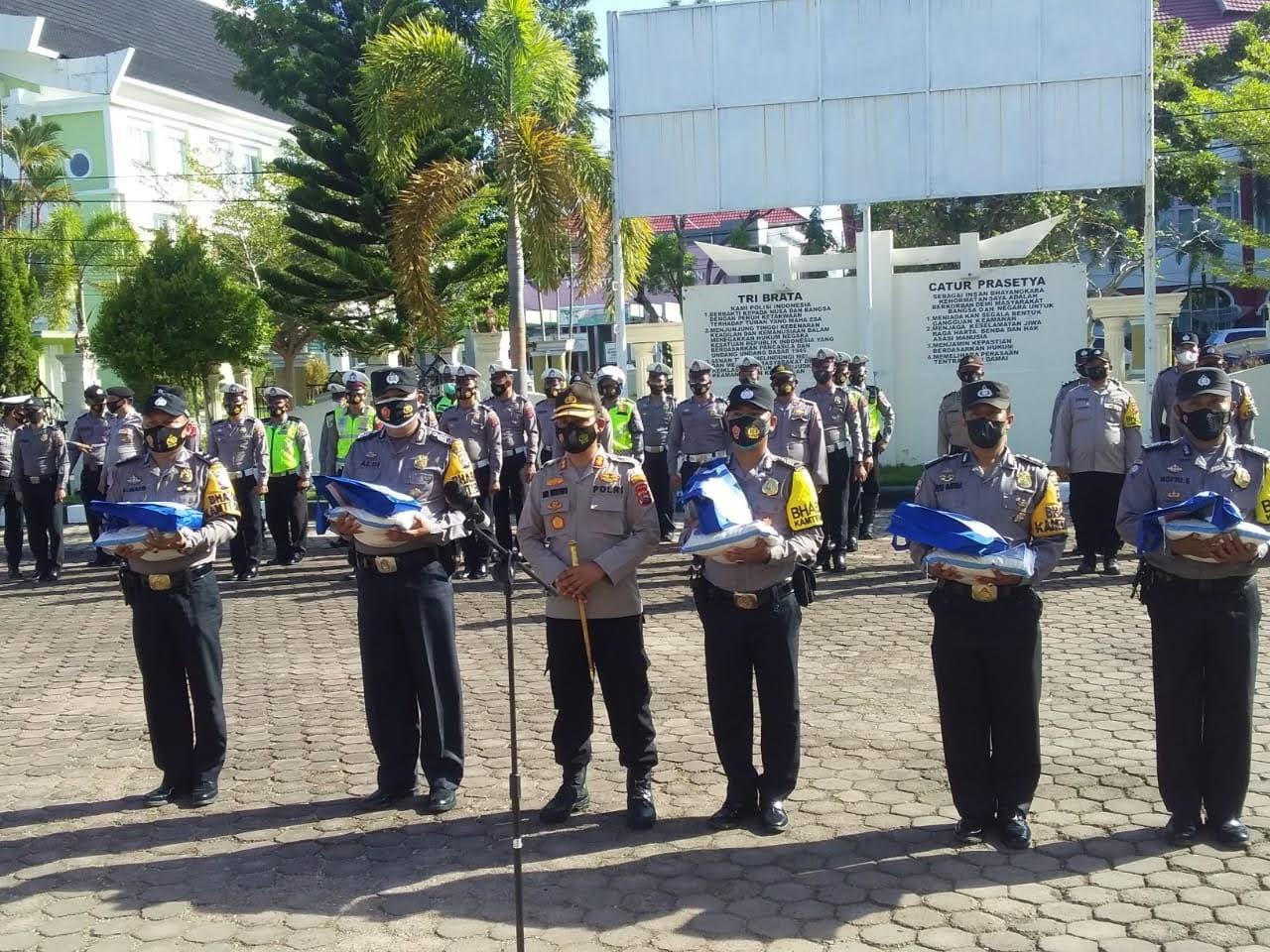 Kapolres Pessel, Serahkan Simbolis Bansos POLRI – TNI Pada Warga