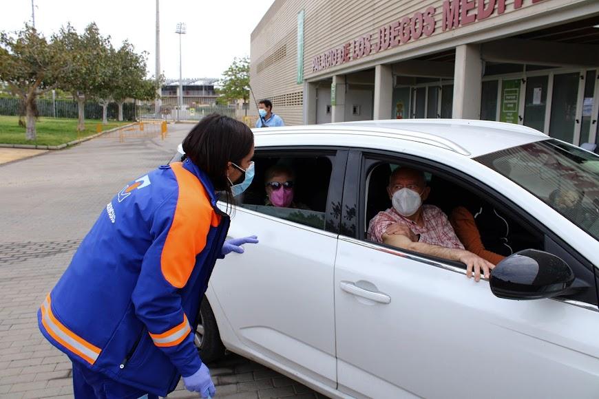 La enfermera dando las indicaciones tras recibir su vacuna.