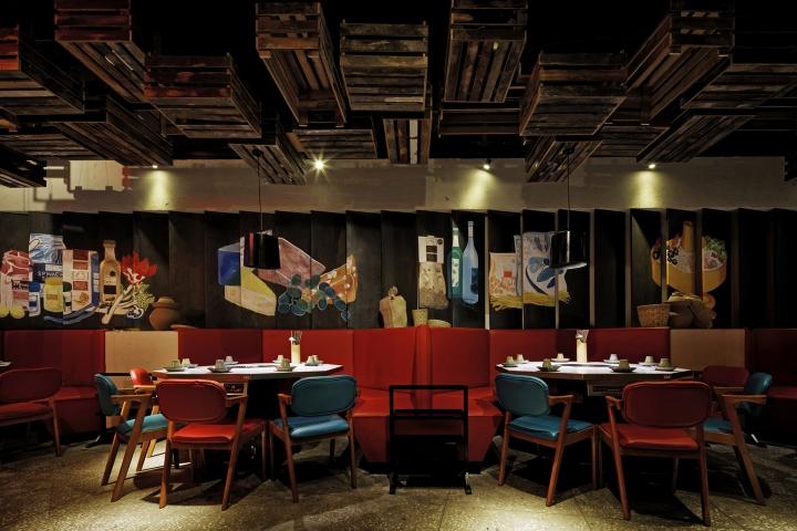 Декоративні візерунки на чорних стінах обідньої зони відповідають тематиці ресторану