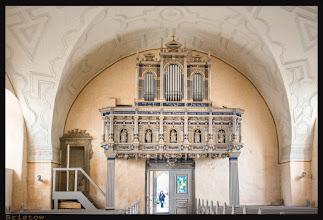"""Photo: Die Orgelempore in der Dorfkirche Bristow trägt neben den Initialen von Hans Hahn und seinem Sinnspruch """"Gott wend es zum Besten"""" und Ilse von Arnims sowie ihrem Sinnspruch """"Gott Behüte meine Seele"""" die Jahreszahl 1601. Bei der jetzigen fünf Register umfassenden Orgel handelt es sich um ein 1875 vom Schweriner Orgelbauer Friedrich Ludwig Theodor Friese (1827 - 1896) gebautes Instrument."""
