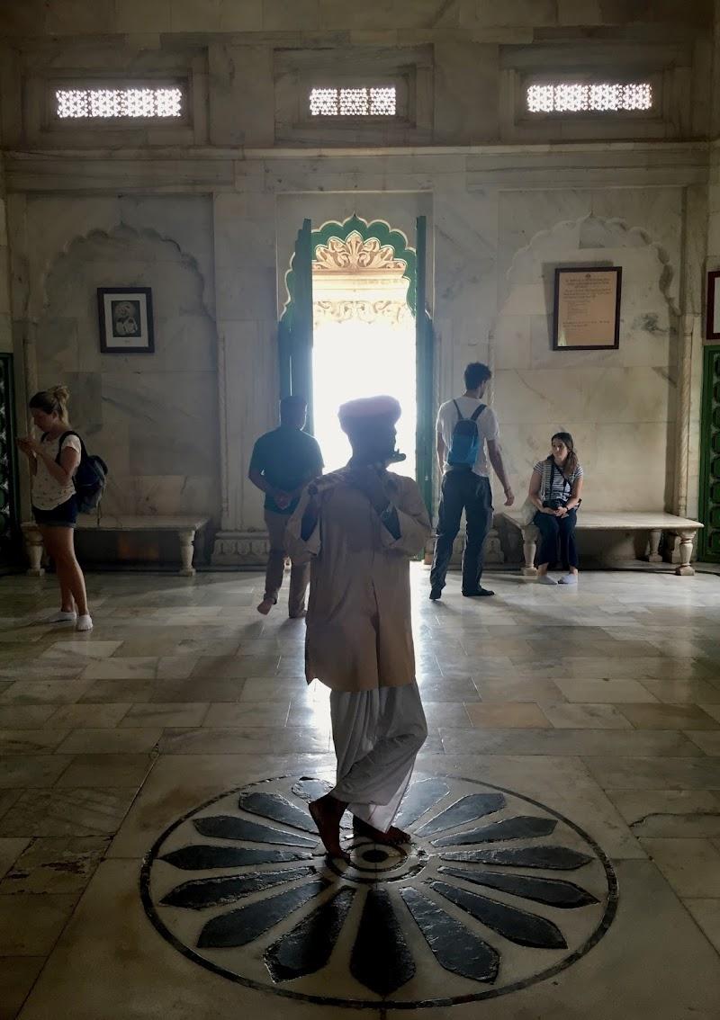Suonatore in tempio hindu di chiara_bergonzini