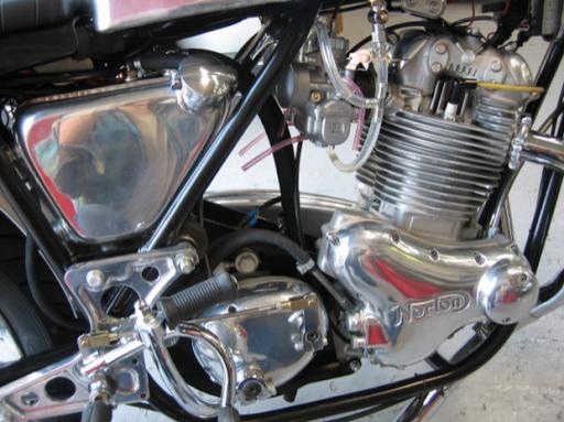 Norton Commando Café Racer réalisée par Machines et Moteurs à Eaubonne côté distribution