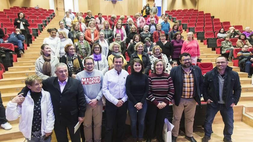 Cuidadoras con la diputada y los alcaldes en el encuentro de Gérgal.