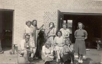 Photo: Terschelling 1948  v.l.n.r. Harm Zandvoort, Tiny Kamping, Aaltje Enting Gd., Aaltje Schuiling, ?? koffie drinken, Lammie Bastiaan, Antje Rozenveld, Fenny Okken, Zwaantje Heiminge en Roelie Witting