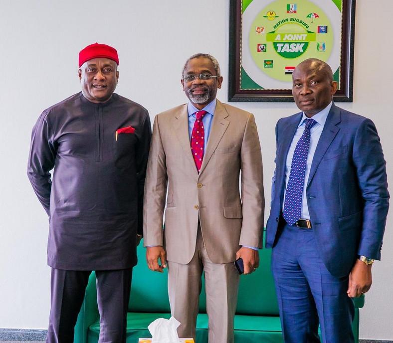 L-R: Chairman of Air Peace Airline, Chief Allen Onyema, Speaker of the House Gbajabiamila and Hon Ndudi Elumelu [Twitter/@femigbaja]