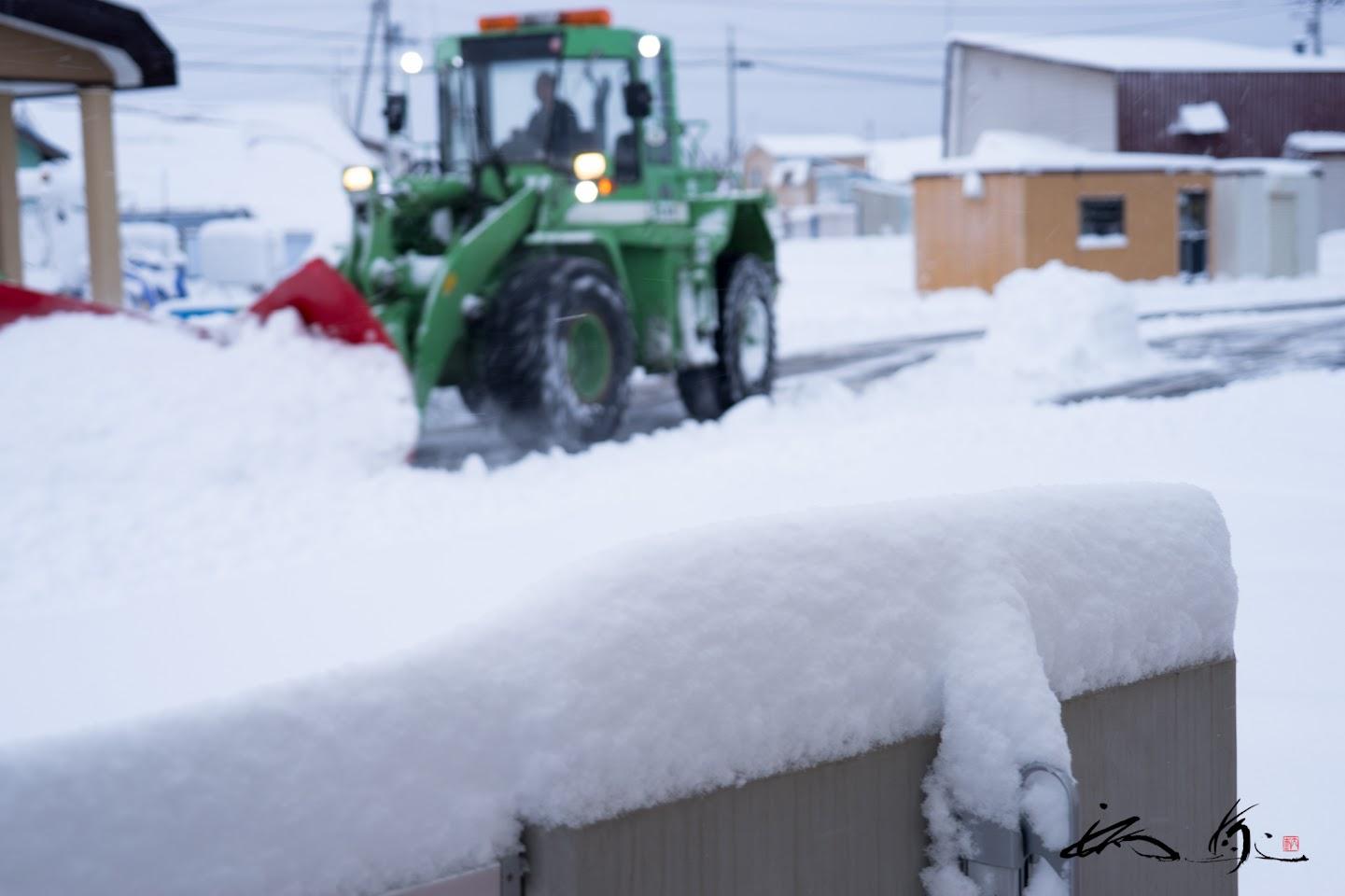 ベランダに積み上がる雪