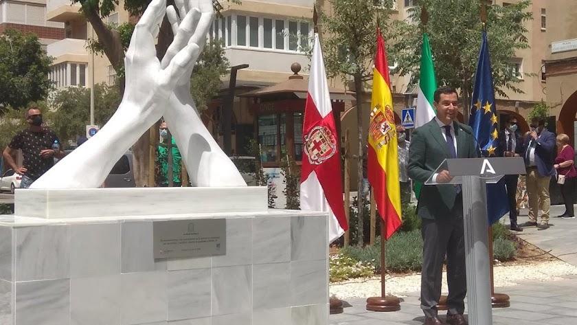 El presidente de la Junta, Juanma Moreno, inaugura la primera escultura \'Aplauso infinito\', en Almería.
