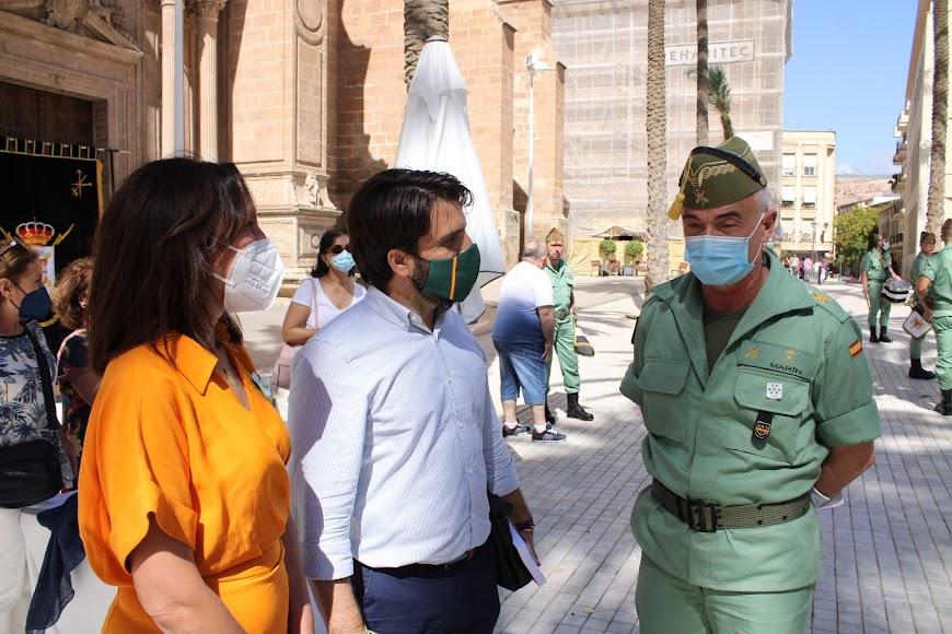 La presidenta de la AECC-Almería, el presidente de VOX en Almería y  el general jefe de la Brigada de La Legión.