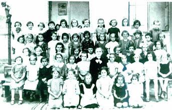 Photo: Hajdú Jánosné Kirják Mária 1937, első osztályos katolikus lányok a Zárda iskolában