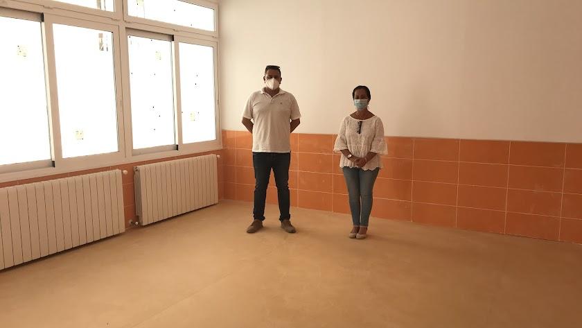 Los ediles de Urbanismo y Educación, Antonio Márquez y Ana Mª Castro, durante su visita al centro.