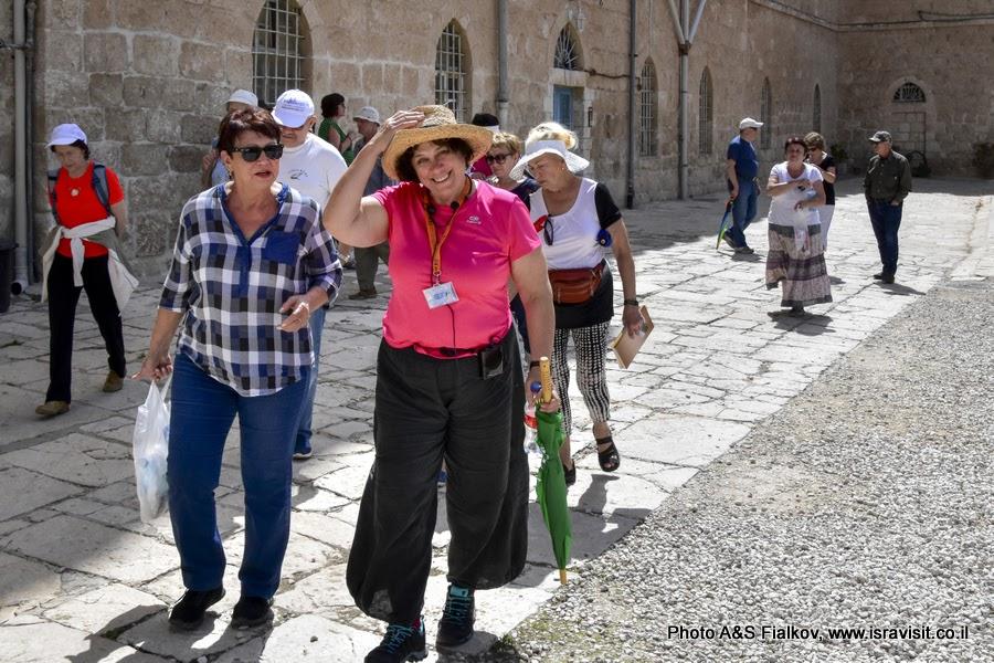 Гид в Израиле Светлана Фиалкова на экскурсии в монастыре Бейт Джамаль.