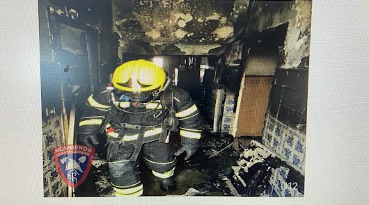 Bomberos del Levante sofocan un incendio en la cocina de una casa
