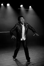 Photo: L'exode du géraniumPar l'humoriste Jean-Louis DrozJean-Louis Droz est considéré comme l'étoile montante du rire romand. Passé en 2008 de la menuiserie qui l'employait aux scènes valaisannes, puis romandes, le jeune humoriste – homme de spectacle aussi à l'aise dans la vanne que dans le chant ou la danse – a eu l'heur d'être remarqué très tôt par Yann Lambiel et coaché par Jean-Luc Barbezat, qui signe la mise en scène de L'exode du géranium.Dans ce spectacle, le comique valaisan se retrouve dans un immeuble locatif, au coeur de la ville. Le voilà prêt a affronter les démons du showbizz, armé seulement de son instrument de musique, un euphonium. Il évoque le choc culturel du montagnard qui débarque en ville et se frotte aux moeurs urbaines, décidément curieuses... Le regard qu'il porte sur son exil volontaire est piquant sans être rosse, plein d'autodérision, de vitalité et de candeur délicieusement feinte.Un one man show à découvrir absolument !