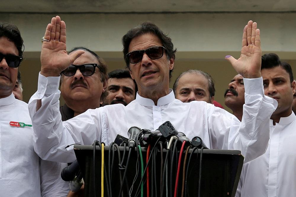 Imran Khan besoek Kashmir te midde van groter spanning