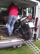 Photo: Hinterrad auf Ladefläche. Einfahrt in Radhalter mit Wippe Quick Stand II. MotoMove Auffahrschiene gebogen klappbar.