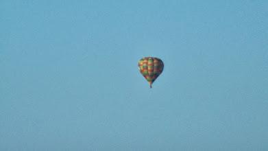 Photo: deux montgolfières au départ de l'aérodrome ce matin