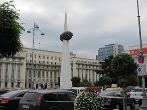 Photo: Rou3S110-151001Bucarest, place Révolution, stèle dédiée aux martyrs devant ancien siège du PC IMG_8605