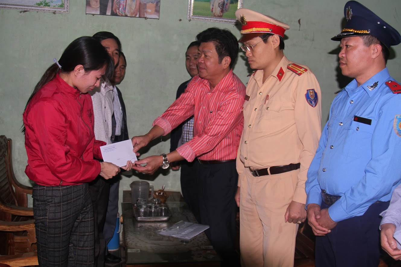 Tặng quà hỗ trợ gia đình chị Đỗ Thị Hường ở xóm 2, xã Thuận Sơn